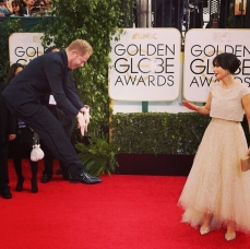 Jesse Tyler Ferguson levitates on the red carpet!